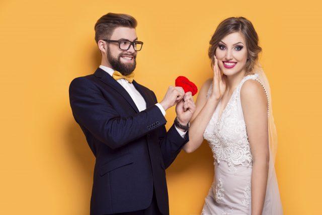 Brautpaar macht Fotobox-Fotos