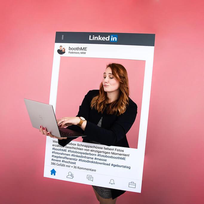 Busines Frau mit Laptop macht Foto mit LinkedIn Fotorahmen