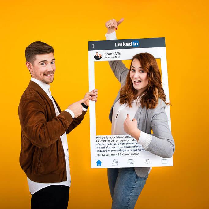 Zwei Kollegen machen Foto mit LinkedIn Fotorahmen